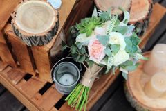 玫瑰新娘花束在的木板条 免版税库存照片