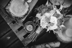 玫瑰新娘花束在的木板条 库存照片