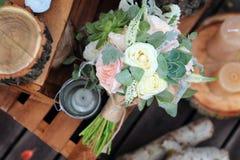 玫瑰新娘花束在的木板条 免版税图库摄影