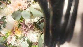 玫瑰新娘` s花束在新郎鞋子旁边的 股票录像