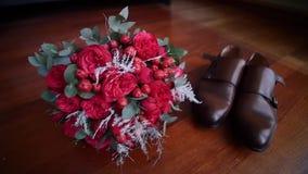 玫瑰新娘` s花束在鞋子旁边的 股票录像