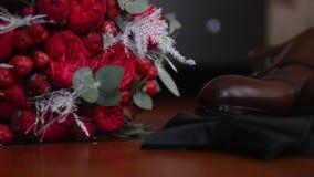 玫瑰新娘` s花束在鞋子旁边的 股票视频