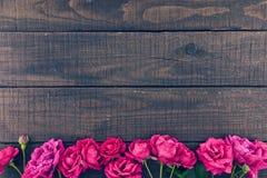玫瑰框架在黑暗的土气木背景的 下雨 免版税库存图片