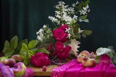 玫瑰用桃子 免版税库存图片