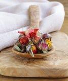 从玫瑰的干花蕾的清凉茶 库存图片
