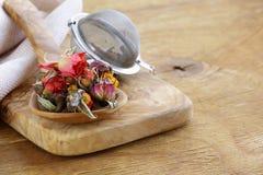 从玫瑰的干花蕾的清凉茶 免版税库存照片
