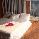 从玫瑰的瓣的心脏在床上的 库存照片