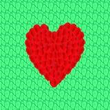 从玫瑰的瓣的心脏在鲜绿色的叶子的 免版税库存照片