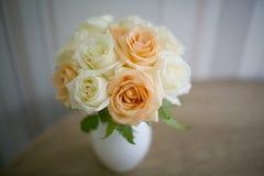 玫瑰的花的布置在花瓶的 图库摄影