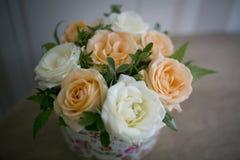 玫瑰的花的布置在花瓶的 库存图片