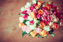 玫瑰美丽的五颜六色的花束  免版税库存图片