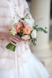 玫瑰美丽的婚礼花束在手上  免版税库存图片