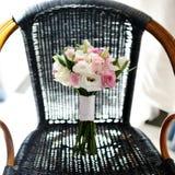 玫瑰美丽的婚礼花束  库存照片