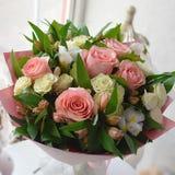 玫瑰美丽的柔和的花束在桌上的 免版税库存图片
