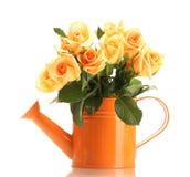 玫瑰美丽的花束在喷壶的 免版税库存照片