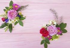玫瑰美丽的花束装饰框架设计构成欢乐在一朵桃红色木背景茉莉花,木兰 库存图片