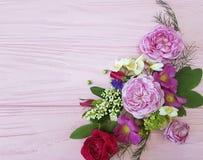 玫瑰美好的花束框架设计构成欢乐在一朵桃红色木背景茉莉花,木兰 免版税库存照片