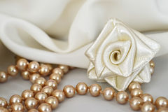 玫瑰色手工制造的丝绸和珍珠 图库摄影
