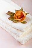 玫瑰色温泉毛巾 免版税库存照片