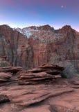 在层状岩石的日出 免版税库存图片