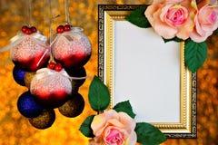 玫瑰色花和圣诞节玩具球框架在bokeh光浪漫欢乐金背景的  库存图片