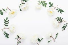 玫瑰色花和绿色框架在白色台式视图离开 在舱内甲板被放置的称呼的美好的婚礼样式 库存图片
