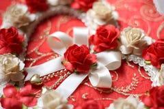 从玫瑰色花的葡萄酒心脏在红色纸背景 库存图片