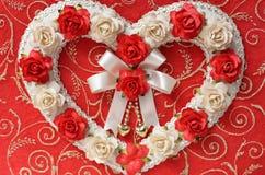从玫瑰色花的葡萄酒心脏 免版税库存照片