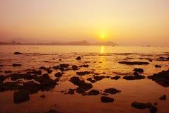 玫瑰色萨尼亚海边日出 免版税库存图片