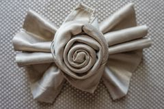 玫瑰色金黄餐巾的origami和lazo弓桌装饰的党事件和假日 图库摄影