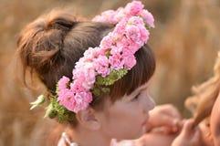 玫瑰花圈在头的一个小女孩 配置文件 库存图片
