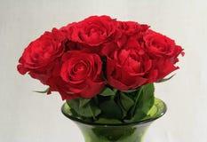 玫瑰花束在一个绿色花瓶的 免版税库存图片