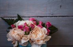 玫瑰花束在木的 库存照片
