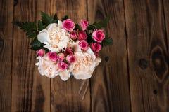 玫瑰花束在木的 免版税图库摄影