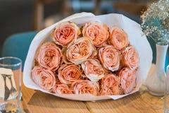 玫瑰花束在桌上的 库存照片