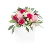 玫瑰花束在白色背景隔绝的箱子的 免版税库存照片