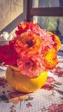 玫瑰花束在黄色花瓶的 免版税库存图片