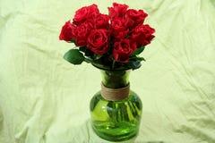 玫瑰花束在绿色花瓶的 免版税库存照片
