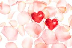 玫瑰花瓣和心脏华伦泰光背景 图库摄影