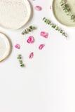 玫瑰花瓣和板材平的位置在妇女桌面景色大模型 库存照片