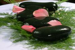 玫瑰花瓣和温泉 免版税图库摄影