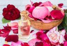 玫瑰花瓣和精油 aromatherapy温泉 免版税库存图片