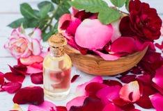 玫瑰花瓣和精油 aromatherapy温泉 免版税库存照片