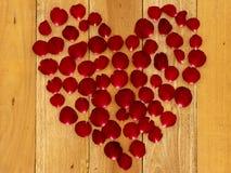 玫瑰花瓣在心形安排了 图库摄影