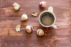 玫瑰花蕾和一个杯子咖啡 免版税图库摄影