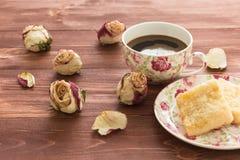 玫瑰花蕾和一个杯子咖啡 库存图片