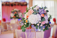玫瑰装饰的婚姻的花束,特写镜头 免版税图库摄影