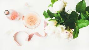 玫瑰酒红色、装饰丝带和牡丹花在白色背景 库存照片
