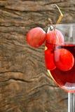 玫瑰酒红色和葡萄 免版税库存图片