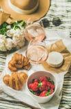 玫瑰酒红色,草莓,新月形面包,咸味干乳酪乳酪平位置在船上 库存图片